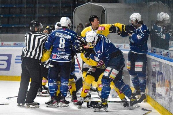 Vo včerajšom prípravnom zápase šlo o hokej iba Nitre, vedenie HK v 38. minúte po likvidačných zákrokoch Viedne Capitals stiahlo hráčov z ľadu.
