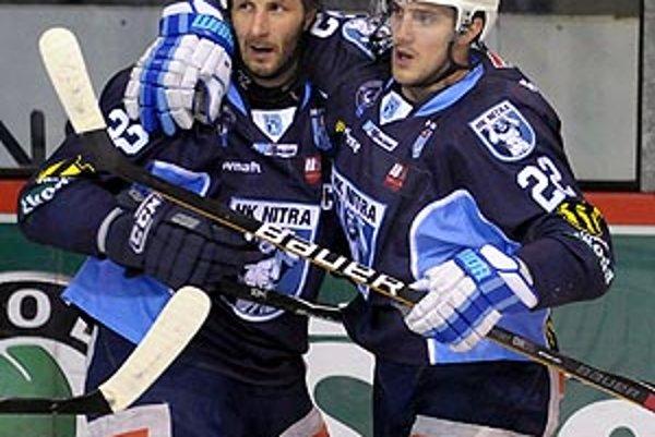 Henrich Ručkay (na snímke vpravo so spoluhráčom Miroslavom Štefankom) strelil v Martine jeden gól z hry a ďalšie dva v samostatných nájazdoch.