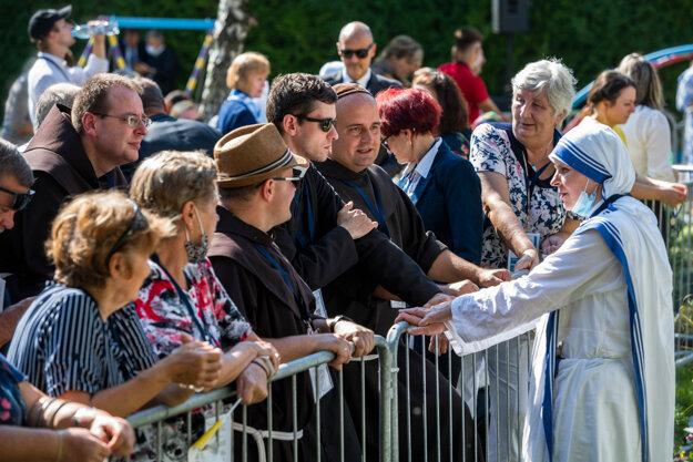 Ľudia čakajú na pápeža Františka počas súkromnej návštevy v Centre Betlehem .