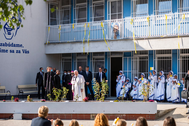 Pápež František počas súkromnej návštevy centra Betlehem.