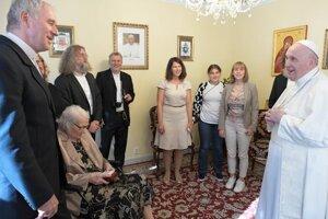 Stretnutie pápeža s emeritným arcibiskupom Bezákom a jeho rodinou.