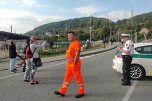 Policajti prístup k ceste, po ktorej prejde František, strážia.