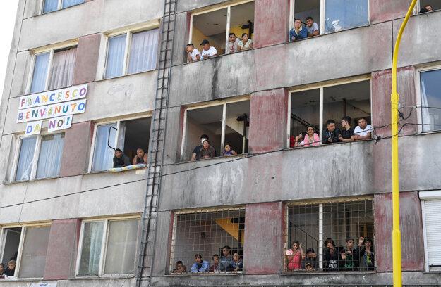 Obyvatelia košického sídliska Lunik IX čakajú na príchod pápeža.