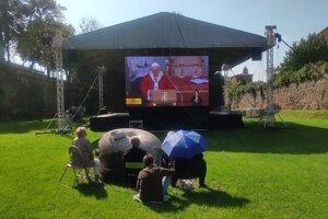 Pápeža Františka niektorí sledovali a počúvali zo Záhrady umenia v Prešove.