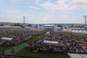 Na košickom štadióne Lokomotívy privítali pápeža tisíce ľudí.