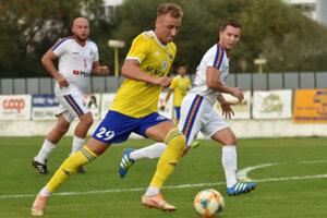 Michalovčan Matej Trusa (s loptou) strelil Sabinovu dva góly.