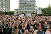 Demonštranti sa zhromaždili blízko parlamentu v Ľubľane.