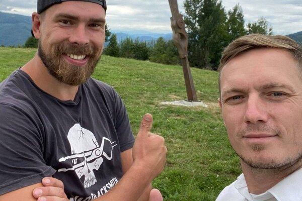 Umelecký kováč Martin Jackuliak, autor atrakcie (vľavo) s Romanom Lebedom, primátorom  Hnúšte.