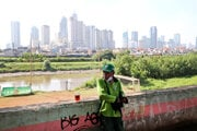 V pozadí je mesto Jakarta.