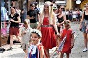 ilustračné foto - Folklórne parádnice predvádzajú módu inšpirovanú tradičnými odevmi. Predstavia sa aj na jarmoku pri Smaltovni.