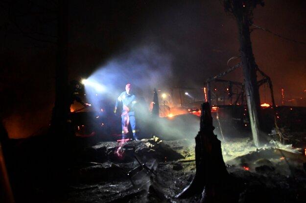 Hasiči bojujú s požiarom v utečeneckom tábore na ostrove Samos.