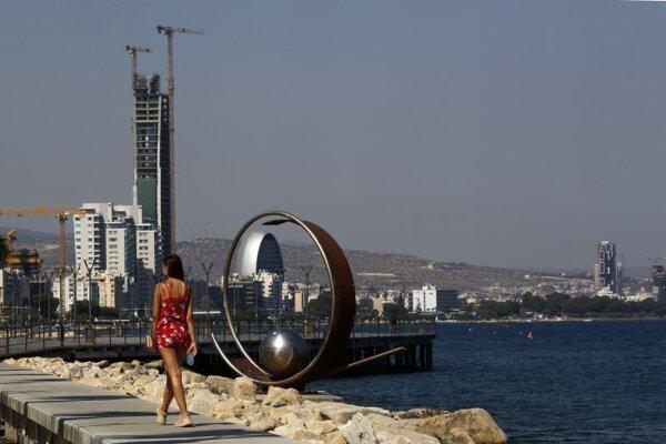 žena kráča po nábreží počas teplého dňa v južnom pobrežnom meste Limassol na Cypre.
