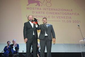Ivan Ostrochovský a Peter Kerekeš pri preberaní ceny za najlepší scenár.