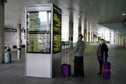 Pasažieri prichádzajú na letisko Gatwick.