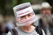 Demonštrantka proti pandemickým reštrikciám v Berlíne.