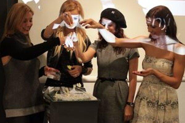 Známe ženy pokrstili v Bratislave symbol kampane strieborný štvorlístok.