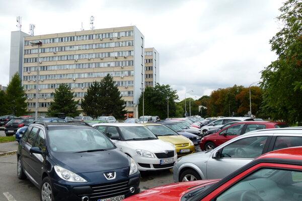 V levickej nemocnici sú od dnešného dňa zakázané návštevy.
