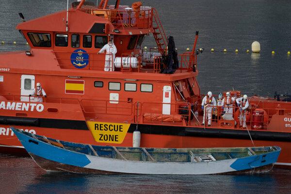 Španielsky záchranný čln prichádza do prístavu v Tenerife na Kanárskych ostrovoch.