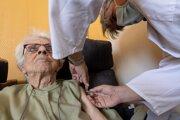 Tretiu dávku v USA môžu dostať občania nad 65 rokov, ktorých druhou dávkou zaočkovali pred aspoň šiestimi mesiacmi.