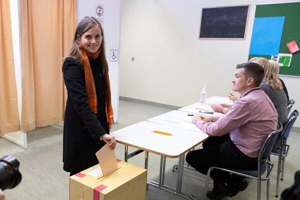 Islandská premiérka Katrín Jakobsdóttir hlasuje v parlamentných voľbách 2021.