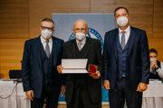 Norbert Krišta (v strede) si v Poprade prevzal ocenenie Zlatý odznak SFZ