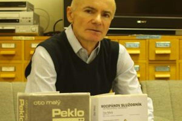 Spisovateľ Oto Malý na besede v nitrianskej knižnici. V popredí dve jeho knihy.