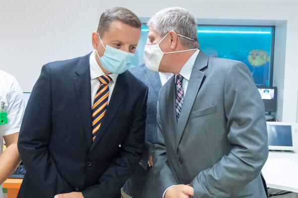 Na snímke vľavo riaditeľ NÚDCH Peter Bartoň a minister zdravotníctva SR Vladimír Lengvarský.