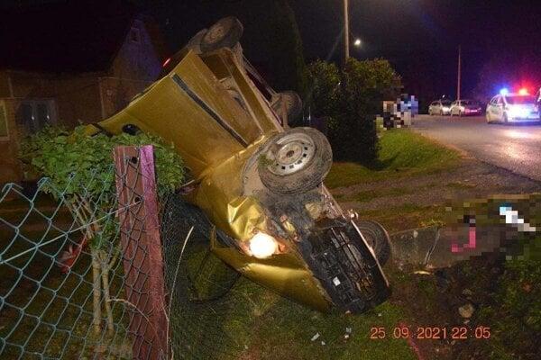 Auto ktoré šoféroval 15-ročný opitý chlapec skončilo v plote, on v nemocnici.