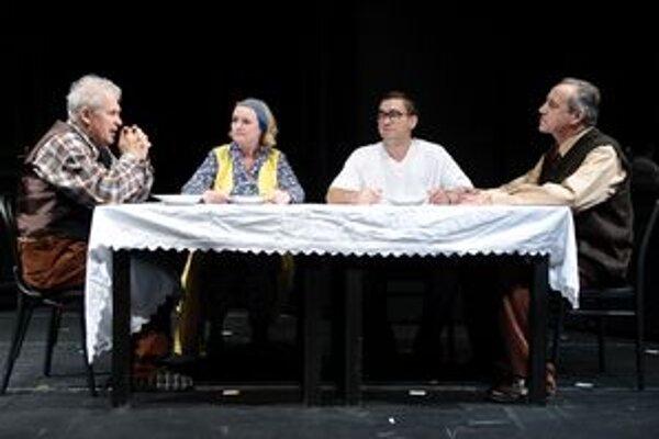 Divadlo v piatok uviedlo premiéru Koniec hry. Na snímke zľava Ján Hrmo, Eva Pavlíková, Milan Ondrík a Ján Greššo.