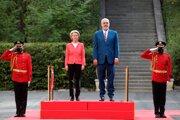 Predsedníčka Európskej komisie Ursula von der Leyenová počas prijímacieho ceremu v Tirane v spoločnosti albánskeho premiéra Ediho Ramu.