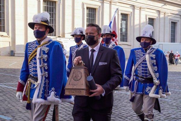 Príchod starostu obce Bojná spoločne s darom na audienciu v doprovode čestnej stráže SR.