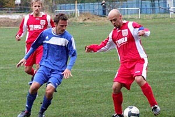 Momentka z duelu v Lučenci, s loptou kapitán Šale Lalák.