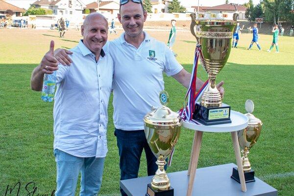 Starostovia-kamaráti Ján Balázs (vľavo) a Marián Paulisz po finále Campri Cupu z roku 2020, v ktorom Klasov porazil Dolné Obdokovce. BFC má v nedeľu šancu na revanš.