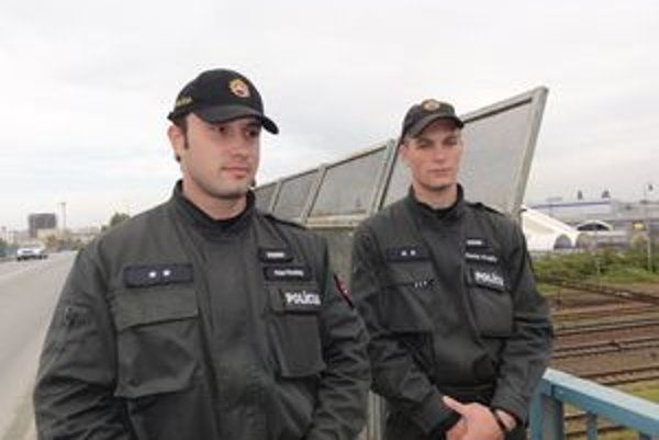 Peter Kovácsy a Denis Krajča  zachránili muža, ktorý chcel skočiť z mosta.