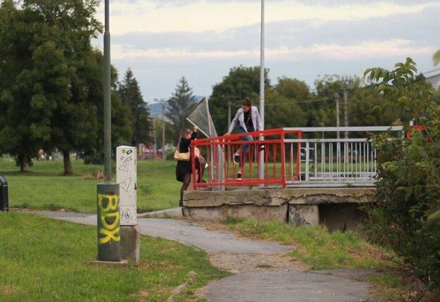 Ľudia napriek zákazom prechádzajú cez uzatvorenú lávku. Dočasný most mesto stavať nebude.