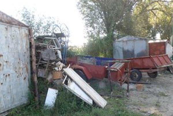 V Hronských Kľačanoch niekto ukradol traktor a kosačku z plechového skladu náradia.