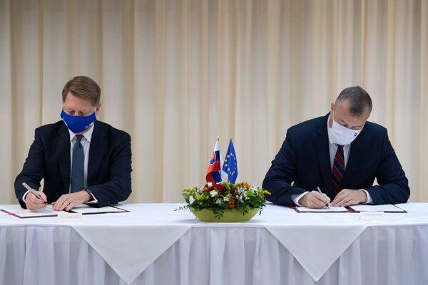 Minister práce Milan Krajniak a výkonný riaditeľ Európskeho orgánu práce (ELA) Cosmin Boiangiu podpisujú zmluvu o sídle medzi vládou a ELA.