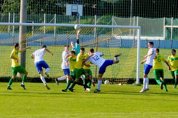 Momentka zo zápasu Zamarovce (v žlto-zelenom) - Veľké Bierovce/Opatovce.