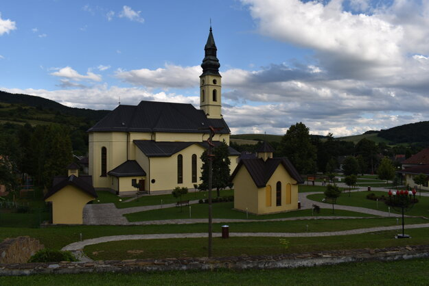 Ľutina je hojne navštevované pútnické miesto. Farár v Bazilike Zosnutia Presvätej Bohorodičky vyčistil veriacim žalúdok pre neskoré príchody na omše.