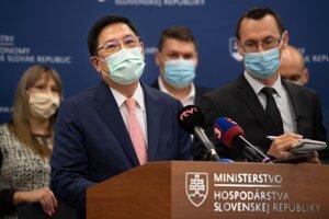 Na snímke v popredí vedúci Taipejskej reprezentačnej kancelárie David Nan-Yang Lee počas tlačovej konferencie.