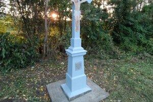 Opravený kríž už opäť stojí na svojom mieste.