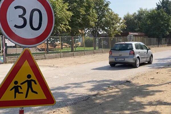 Výstavba cyklotrasy spolu s chodníkom pred ZŠ s MŠ Lúky sa omeškala kvôli obrubníkom.