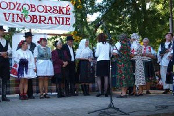 Súčasťou Podzoborského vinobrania bola aj súťaž o najkrajší kroj v kraji. Na snímke účastníkov súťaže oceňuje prezidentka Homo Nitriensis Margita Štefániková.