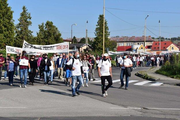 Zamestnanci vlani vyšli do ulíc dvakrát, aby protestovali proti odpájaniu od médií a energií. Ohrozených bolo takmer 400 pracovných miest. Záber je z 19. mája.
