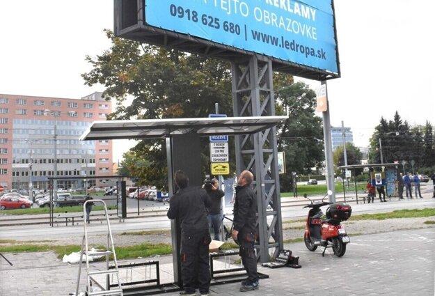 Po presune sa ocitla fotovoltaická nabíjacia stanica v tieni veľkoplošnej reklamnej stavby.