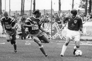 Zo zápasu Vráble - Nitra na jeseň 1994. Zľava domáci Miloš Krnčan a Jozef Csanda.