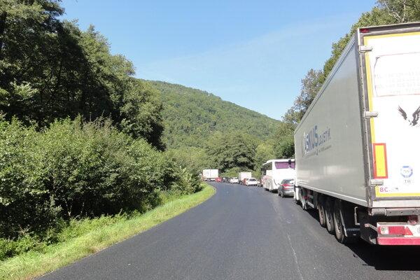 Kolóna počas rekonštrukcie cesty medzi Zvolenom a Brezinami.