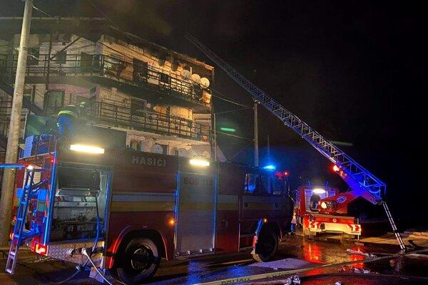 Zásah hasičov pri požiari bytu na Luniku IX.