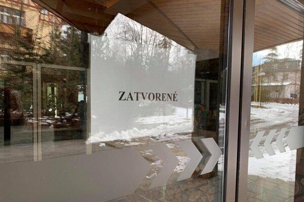 Takéto nápisy už na tatranských hoteloch boli, hotelieri nechcú, aby sa vrátili znova.