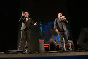 Fotografia z vystúpenia dua La Strada v Svitavách zo 6.októbra, kde sa na pódium postavili s Alešem Cibulkou a Petrem Jablonským.